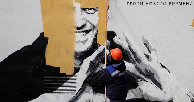 რუსეთის პოლიციამ შენობაზე ნავალნის ნახატი საღებავით გადაღება
