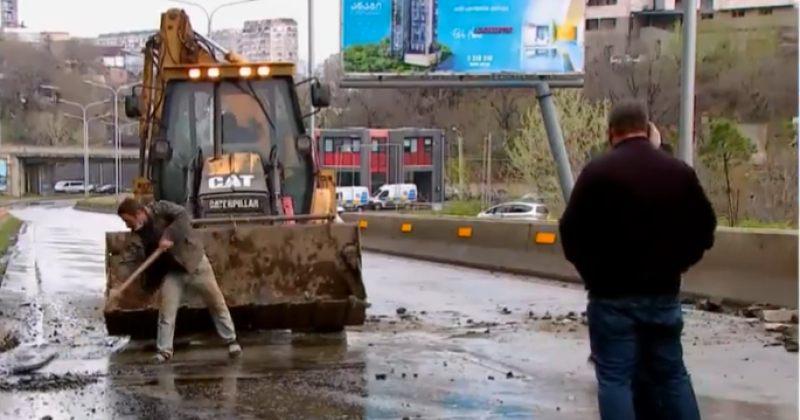 თბილისში, ახალ გზაზე, კლდის ნაწილი ჩამოიშალა