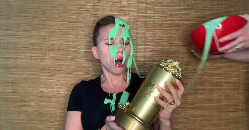 MTV-ს დაჯილდოებაზე სკარლეტ იოჰანსონს ქმარმა მწვანე ლორწო გადაასხა