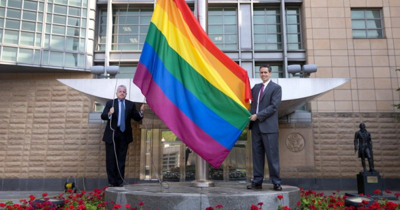 რუსეთში აშშ-ს, დიდი ბრიტანეთის და კანადის საელჩოებმა LGBT+ დროშები გამოფინეს