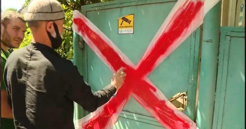 ნამახვანჰესის მოწინააღმდეგეებმა ქუთაისში ენკას ოფისის კარი წითელი ლენტით დალუქეს