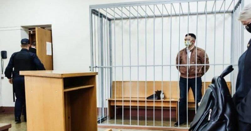მინსკში პოლიტპატიმარმა სასამართლო სხდომაზე სისტემა ამხილა და ყელში კალამი ჩაირჭო