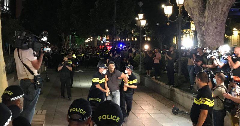 დააკავეს 8 ორკი – მათ ჟურნალისტებს სცემეს და TBILISI PRIDE-ის ოფისი დაარბიეს