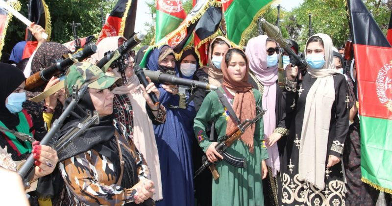 ავღანელი ქალები იარაღით ხელში თალიბანის გაძლიერებას აპროტესტებენ