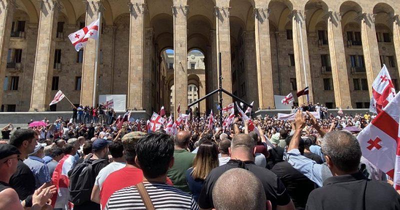 პუტინისტური ჯგუფის წევრებმა პარლამენტის წინ ევროკავშირის დროშა ჩამოხსნეს და ჯვარი აღმართეს