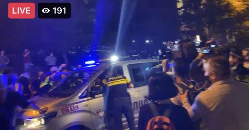 პუტინისტური ჯგუფები პოლიციელებს ბოთლებს ესვრიან, რამდენიმე მოძალადე დააკავეს (Live)