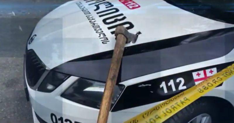 ოზურგეთში კაცმა ნაჯახით ეკლესია დაარბია, დაზიანებულია ინვენტარი და პოლიციის მანქანა