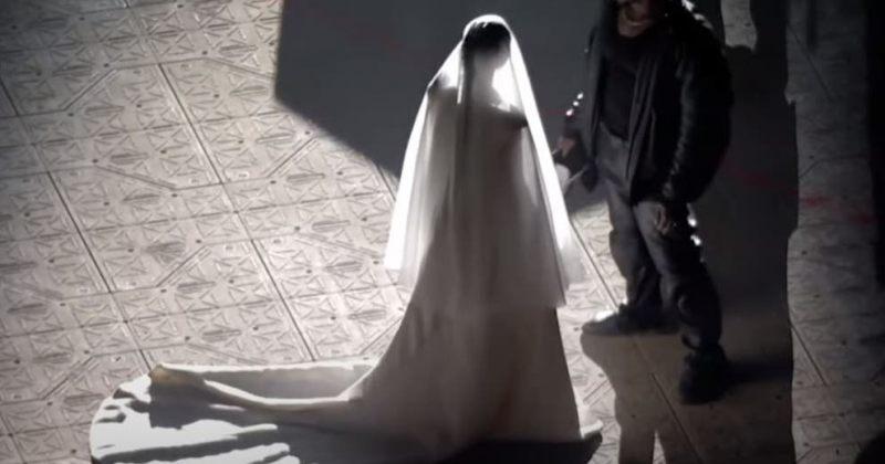 კიმ კარდაშიანი კანიე ვესტის ალბომის პრეზენტაციაზე საქორწილო კაბით გამოჩნდა – VIDEO