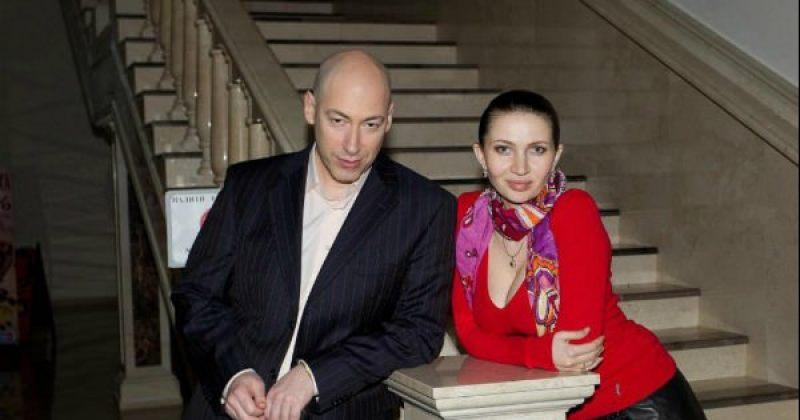 დეკანოიძე: დმიტრი გორდონსა და მის ცოლს საქართველოს აეროპორტიდან დეპორტაციას უკეთებენ