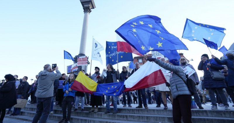 ვარშავაში EU-ს წევრობის მხარდამჭერ აქციაზე 4 ადამიანი, მათ შორის პრემიერის ძმისშვილი დააკავეს
