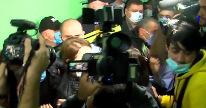პოლიციამ ზუგდიდის საოლქო კომისიის შენობიდან ოპოზიციის წევრები ძალით გაიყვანა